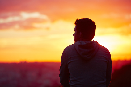 un homme devant le soleil couchant méditation chamanique