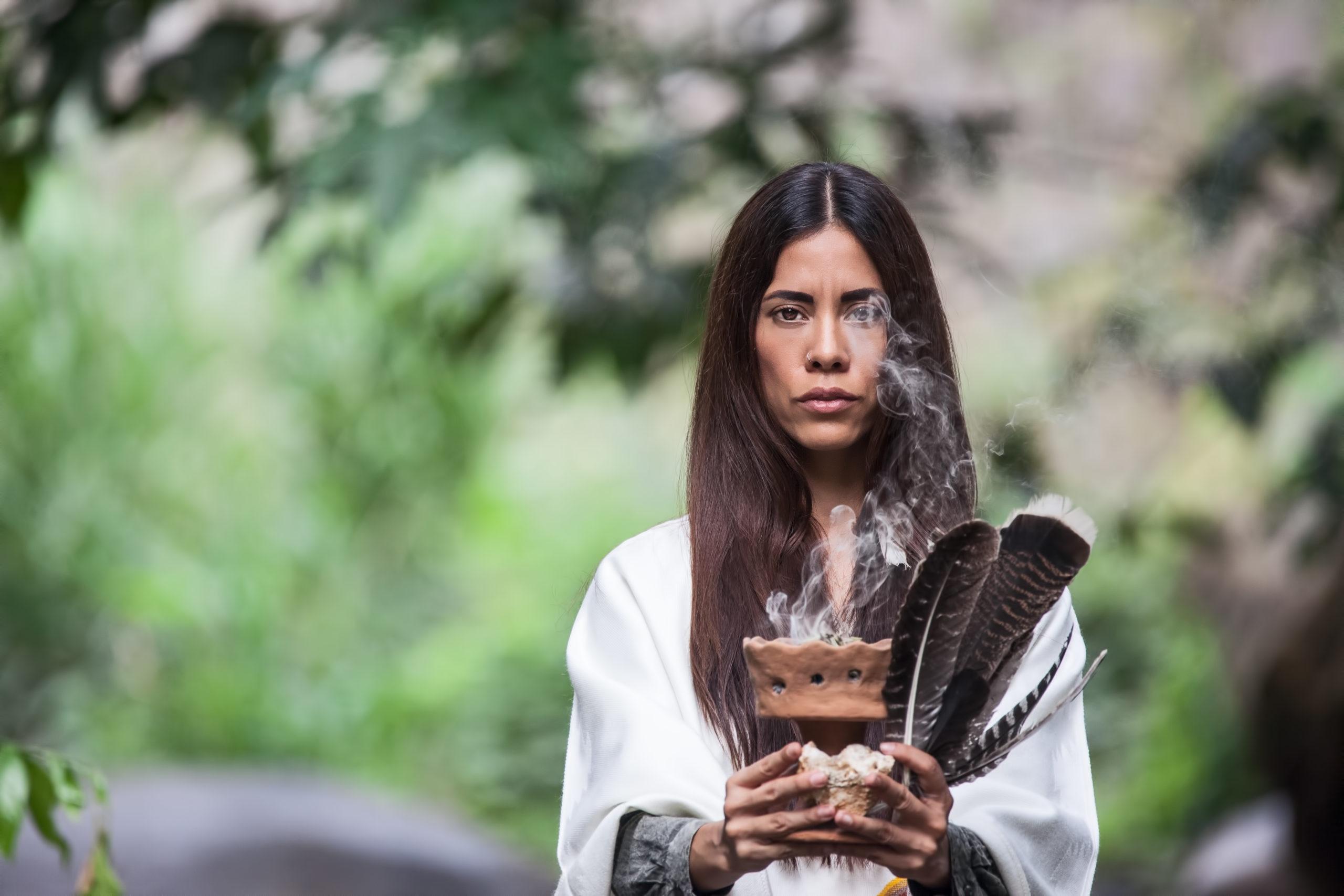 Femme chamane cérémonie avec sauge et plumes