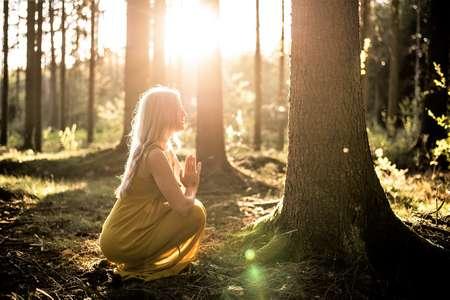 Une femme remercie l'esprit gardien de l'arbre